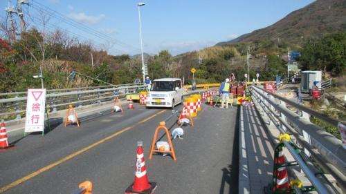 公表基準策定のきっかけとなった山口県の上関大橋。路面に約20cmの段差が生じる事故が起こった後、対策工事が終わるまで片側交互通行を続けていた。2021年3月26日に交通規制を全面解除した(写真:日経クロステック)