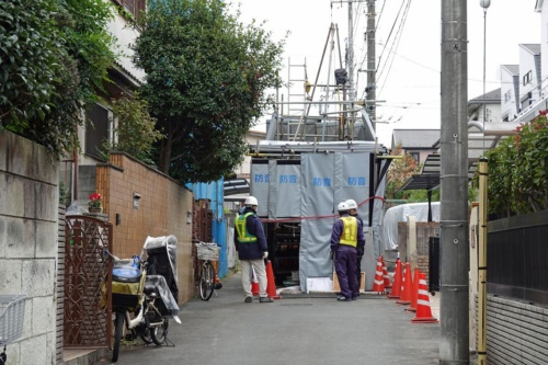 東日本高速は陥没事故の発生後、周辺の住宅地を通る市道を通行止めにして、10カ所以上でボーリング調査などを実施した。2020年11月撮影(写真:日経クロステック)