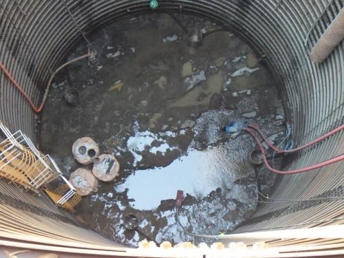 谷尾崎高架橋下部工(P3)の施工でたて坑内に湧き出た地下水をくみ上げているところ。くみ上げは2020年9月2日に終わった。施工者は大豊建設・シスニック(熊本市)JVで、21年4月30日に完成予定だ(写真:熊本市)