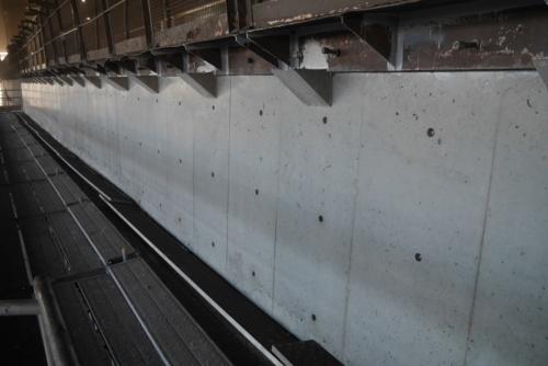 溶融スラグを冷却するための置き場にある擁壁の表面を、ジオポリマーコンクリートで補修した。写真は施工後(写真:大林組)