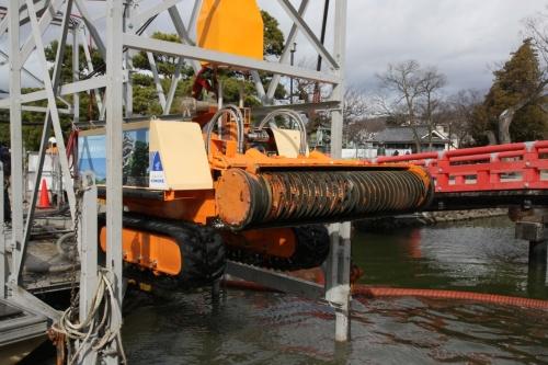 国指定の史跡で都市公園でもある城内には4t車までしか入れないため、小型の水中排砂ロボットを使用した。21年2月に14日間の浚渫作業で、内堀のうち300m2の底面から、深さ1mの堆積泥土をすくい取った(写真:鴻池組)