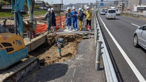 国道2号の歩道陥没現場の様子(写真:広島県)