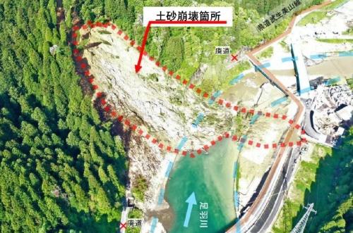 福井市内の斜面で2021年5月10日に見つかった崩壊箇所。同じ斜面で17年12月に地滑りが発生。当時、斜面の直下を通っていた県道に大量の土砂が堆積した。県はその後、県道を対岸に付け替え、従来のルートを廃道にした(資料:福井県)