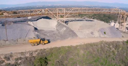 米シリコンバレーの採石場を自律走行するアーティキュレートダンプトラック(写真:SafeAI)