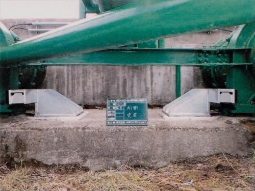 中央コンサルタンツによる設計ミスが判明した掃出水管橋の落橋防止装置。写真はブラケットの部分で、より大型の資材に交換して耐震性不足を解消する予定だ(写真:宮城県)