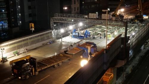 「UFC道路橋床版」を用いて更新工事を実施した阪神高速12号守口線本線。中央分離帯の位置で床版を2分割し、境目を接合した(写真:阪神高速道路会社、鹿島)