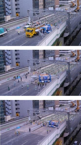 専用の架設機によるUFC床版の荷下ろしから架設までの流れ。トラックの荷台からUFC床版を直接受け取り、その場で旋回。所定の位置まで運搬した後、床版を降ろして架設する(写真:阪神高速道路会社、鹿島)