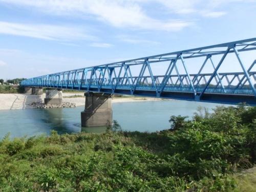 木曽川の右岸から見た岐阜県道松原芋島線の川島大橋。手前のP4橋脚が基礎の不同沈下で傾いた。他の橋脚に異常はなかったという(写真:岐阜県)