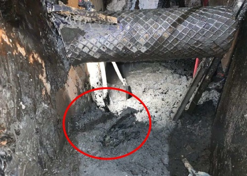 シールド機のチャンバー内の様子。赤丸がH形鋼の破片(写真:国土交通省横浜国道事務所)