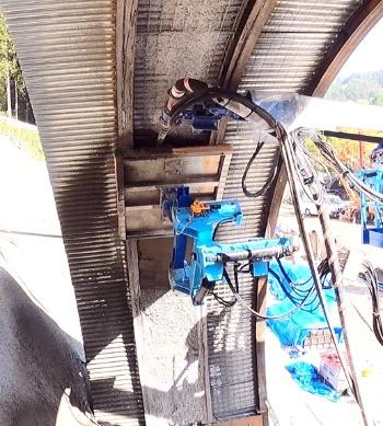 スマート・ライニング・システムの試験施工の様子。鋼製の支保材に蓋をするように型枠を押し当て、中にコンクリートを吹き付ける(写真:飛島建設)