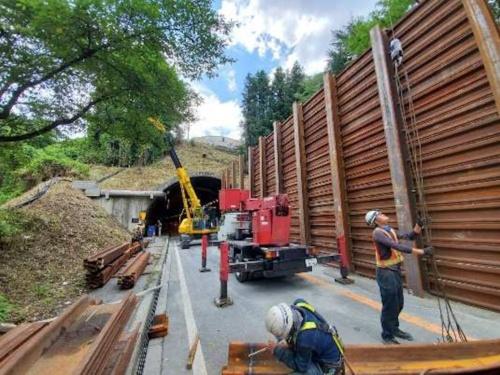 トンネル坑口付近に設置した防護柵(写真:国土交通省長野国道事務所)