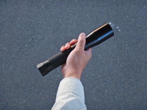 小型照明装置の重さは約550g。全長は約24.5cm、直径は約4.6cm(写真:阪神高速技術)