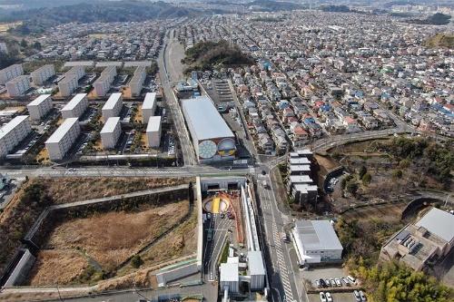 桂台トンネルのシールド機は2021年1月にたて坑(写真中央)を発進した(写真:東日本高速道路会社)