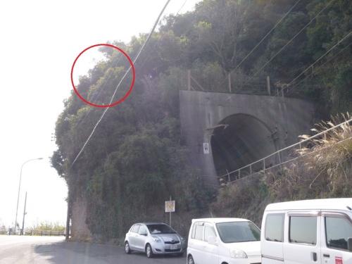 鹿児島市を走る国道10号で沿道区域を指定した。赤丸で囲んだ場所に不安定な岩塊がある。国土交通省九州地方整備局の写真に日経クロステックが加筆