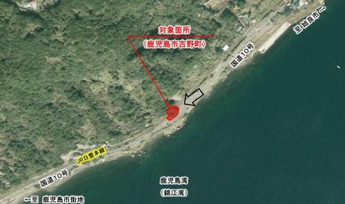 国道10号の山側の崖地で長さ18m、幅10.2mの沿道区域を指定した(資料:国土交通省九州地方整備局)