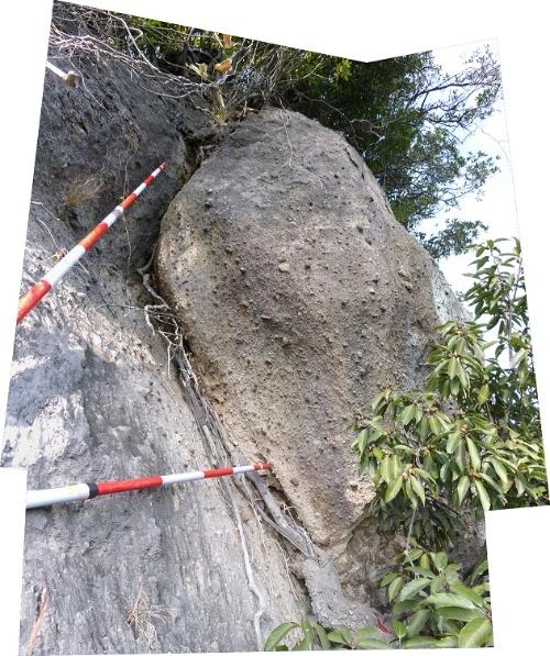 岩塊には亀裂が見られ、今後急に不安定になる恐れがある(写真:国土交通省九州地方整備局)