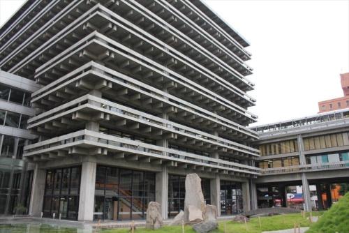 香川県庁舎東館の高層棟と低層棟(写真:日経アーキテクチュア)