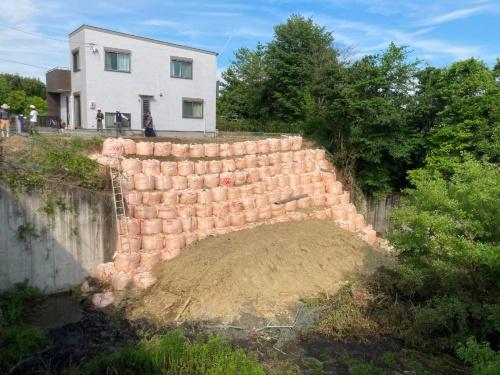 土圧への耐力不足で倒壊した三重県名張市桔梗が丘西6番町2号調整池の東側たて壁。応急土留め後の2021年6月11日時点の状況(写真:名張市)