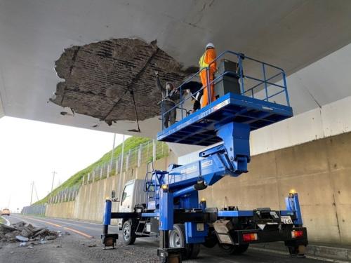 2021年7月17日に3tのコンクリートが剥落した北海道松前町の白神覆道。翌18日に、有識者と共に現場を調査した(写真:国土交通省北海道開発局函館開発建設部)
