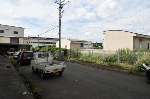 宝町調節池の地上施設と原告の経営する金属加工工場(写真左端)。調節池を取り巻くように工場や倉庫が立地している。個人情報保護のため写真の一部を加工(写真:日経クロステック)