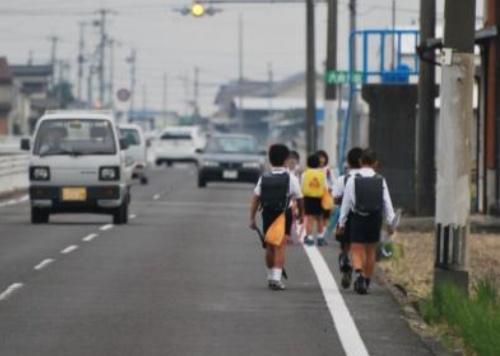 危険な通学路の例(写真:国土交通省)