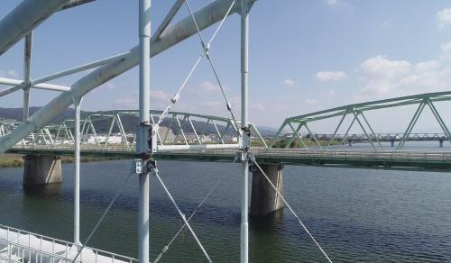 六十谷水管橋(写真手前)で崩落箇所の北側に隣接する径間で見つかったつり材の破断。奥に見えるのは、並行して架かる道路橋(写真:和歌山市)