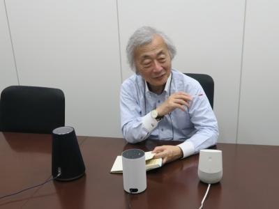 デジタルメディア評論家の麻倉怜士氏。写真のように、三大AIスピーカーを聴き比べてもらい、それに海外で試用したHomePodを評価に加えて頂いた