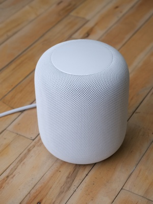 アップルの「HomePod」。価格は349米ドル(税別)。同社は「ホームミュージックスピーカー」であることを強調しているが、音声アシスタントSiriを使って「HomeKitアクセサリ」(いわゆるIoT家電)を操作できる点も売りとする(以下、撮影:加藤 康)