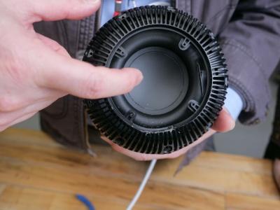 HomePodは、直径142mmの大きさを生かし、ほかのAIスピーカーに比べると大型のウーファーを搭載している(以下、撮影:加藤 康)