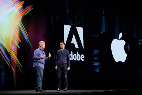 アップルのワールドワイドマーケティング担当シニアバイスプレジデントのフィル・シラー氏(左)がサプライズ登壇