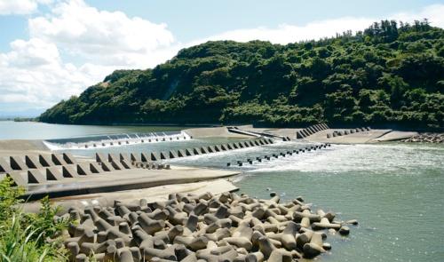 大河津分水路の第二床固め。幅約180mの分水路を山側へ100m広げる(写真:日経コンストラクション)