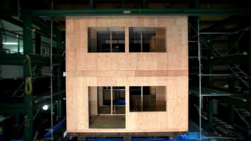 実大の加振実験で使用した試験体の全景。枠組み壁構法(ツーバイフォー構法)の2階建てだ(出所:住友ゴム工業)