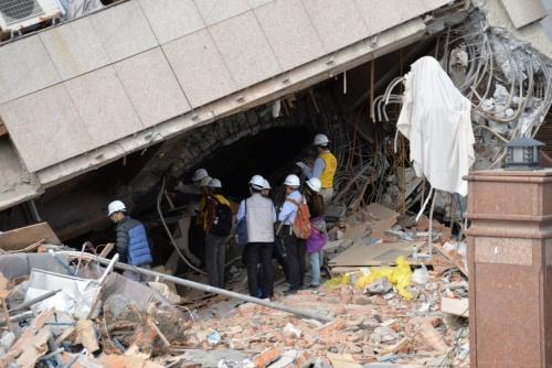 台湾東部で2月6日(現地時間)、マグニチュード6.0の地震が発生。震度7級(台湾の震度階級)を記録した花蓮市では、合計17人の死者を出した。余震が続くなか、「雲門翠堤大楼」では行方不明者の捜索と、専門家たちの調査が同時に行われていた。撮影は2月10日(写真:菅原 由依子)