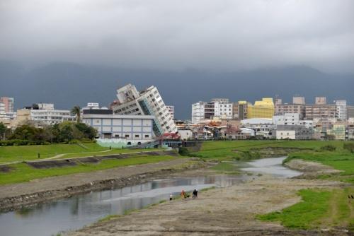 敷地横を流れる川の対岸、南側から撮影(写真:菅原 由依子)