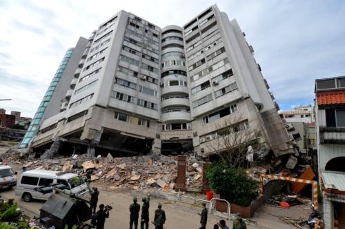 敷地北東側から見た。建物は南西方向へ倒れ、北東から見ると2階の天井などが露出していた(写真:菅原 由依子)