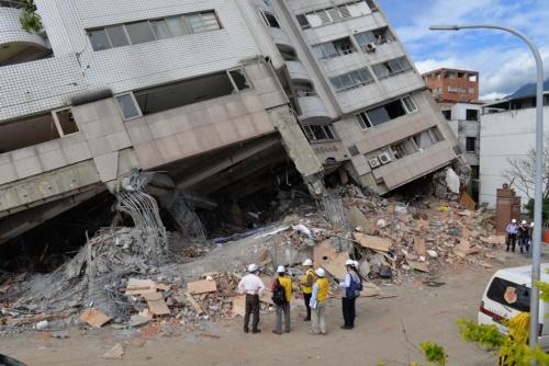 現場では、行方不明者の捜索と同時に、建築や土木の専門家たちが被害の実態調査を進めていた(写真:菅原 由依子)