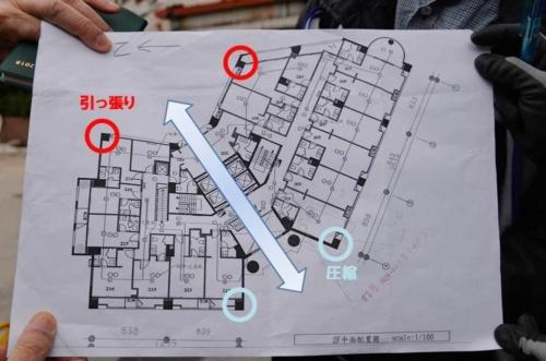 2階平面図を見た和田名誉教授は、12階建ての建物としては柱のスパンが比較的広いことを指摘した。北東の柱に引っ張り力、南西の柱に圧縮力がかかったとみられる(写真:菅原 由依子)