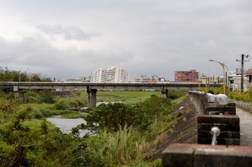 「美崙渓」という川沿いに北から雲門翠堤大楼を眺める(写真:菅原 由依子)