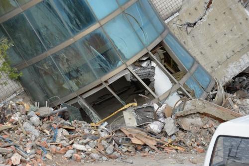雲門翠堤大楼は30度以上大きく傾いた。サッシ越しに折れ曲がった柱が見える(写真:菅原 由依子)