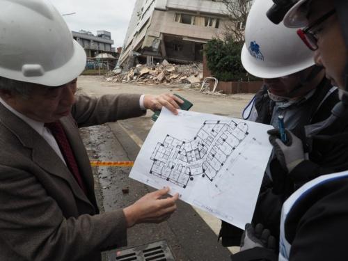 台湾東部の花蓮市で地震被害を調査する和田章・東京工業大学名誉教授(左)。右の2人は構造エンジニアで台南市結構工程技師公会の施忠賢常務理事(中)と彭光聡氏(右)。2月11日に撮影(写真:菅原 由依子)