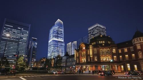東京駅丸の内側から見た「東京駅前常盤橋プロジェクト」の2027年竣工後のイメージパース。中央に2棟並ぶ右手がA棟(高さ約212m、21年竣工)、左手が日本一の高さとなるB棟(高さ約390m、27年竣工)。A棟も竣工時には東京駅周辺の超高層ビルでは最も高い建物となる(出所:三菱地所)