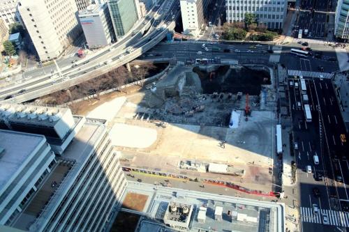 朝日生命大手町ビルの27階からA棟工事現場を見下ろす。永代通りと外堀通りが交差する北西の角地に地下5階・地上40階の超高層ビルを建てる(撮影:江村 英哲)