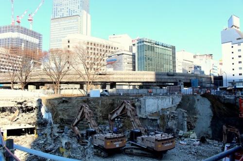 A棟工事現場の地下。日本銀行のある北東方向を望む。既存の地下躯体を解体しつつ、新築工事を進めている(撮影:江村 英哲)