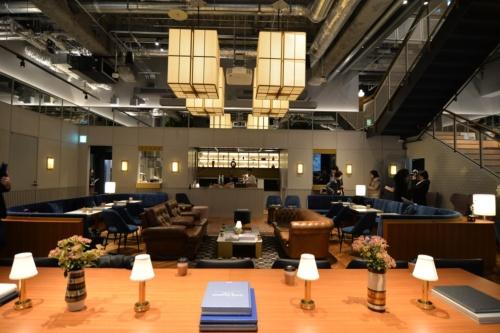メーンのスペースであるワークラウンジは80席。照明の明るさと、椅子の材質や高さの組み合わせで、会員がその日の気分に合った居場所を見つけて使う(写真:菅原 由依子)