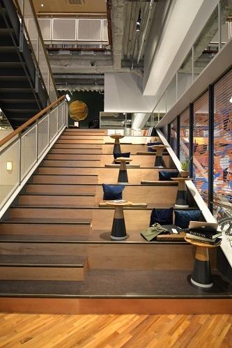 共用部分の階段脇にスタジアム席を設置。プレゼンスペースとしても使いやすい(写真:菅原 由依子)