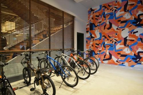 会員制のシャワー付き駐輪場バイクポート。バイクポートの会員は、ワークラウンジを1時間1000円で利用できる(写真:菅原 由依子)