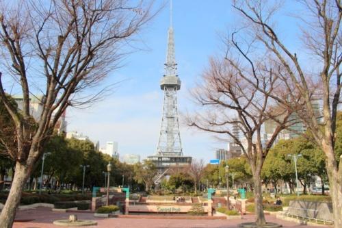 南側から久屋大通公園のテレビ塔を望む。名古屋市は民間資金を活用するPark-PFIの制度を使って、都市公園の5.4ヘクタールを整備する。事業者は三井不動産のグループ。2020年には都心に人の流れを誘引する新しい公園に生まれ変わる(撮影:江村 英哲)