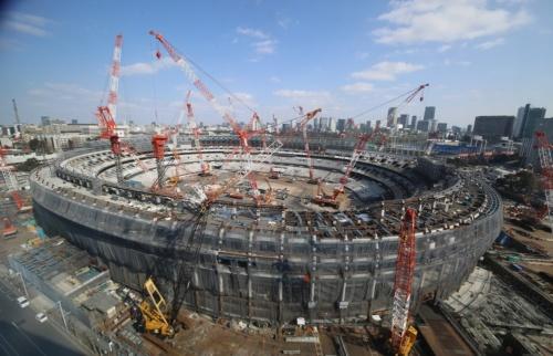 新国立競技場の西側に立つビルから見た建設現場。南西側に空けてあった資材搬入用の通路も連結し、楕円形平面のスタジアムの躯体が組み上がった。2月26日撮影(出所:日本スポーツ振興センター)