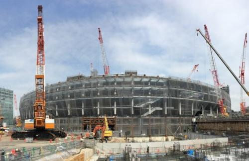 南側から見上げた新国立競技場の鉄骨躯体。5階部分まで組み上がっている様子が分かる(出所:日本スポーツ振興センター)