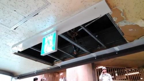 大阪市営地下鉄御堂筋線のなんば駅と高島屋大阪店を結ぶ通路で2月25日に発生した天井落下事故。2.4mの高さから約16kgの石こうボードが落下した。けが人はいなかった(出所:大阪市交通局)